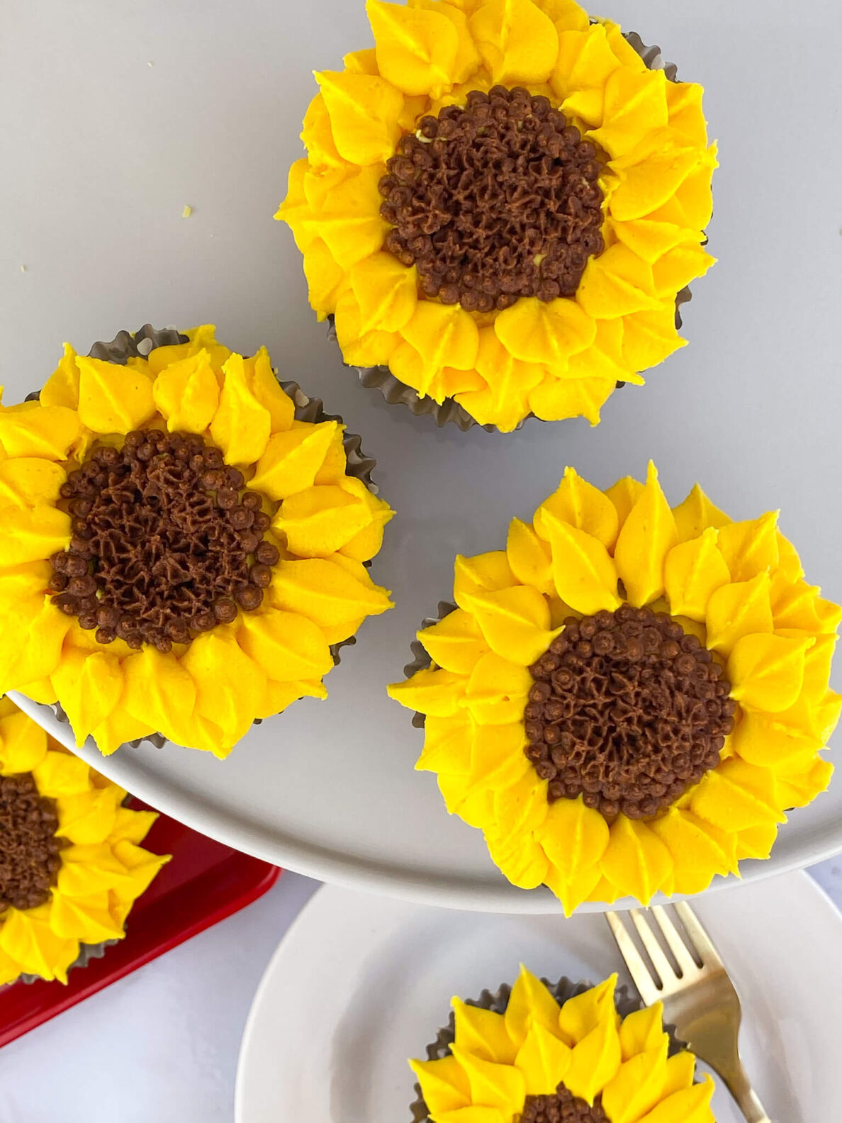 Kate's Safe & Sweet - Sunflower Cupcake Tray and Plate